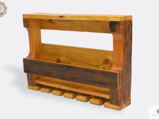 Półka z drewna litego na alkohol i kieliszki
