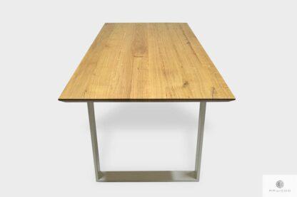 Stół z dębowym blatem i białymi nogami do salonu BRITA