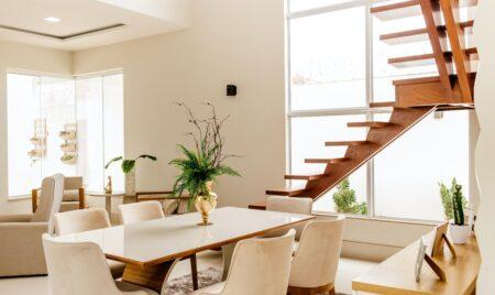 Stół z drewna litego – do jakich wnętrz pasuje Producent Mebli RaWood Premium Furniture