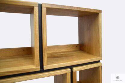 Regał na książki z drewna litego i płyty laminowanej na zamówienie do salonu LIVO