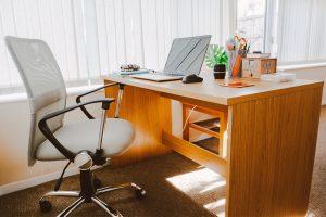 Jakie wybrać biurko dębowe? Producent Mebli RaWood Premium Furniture