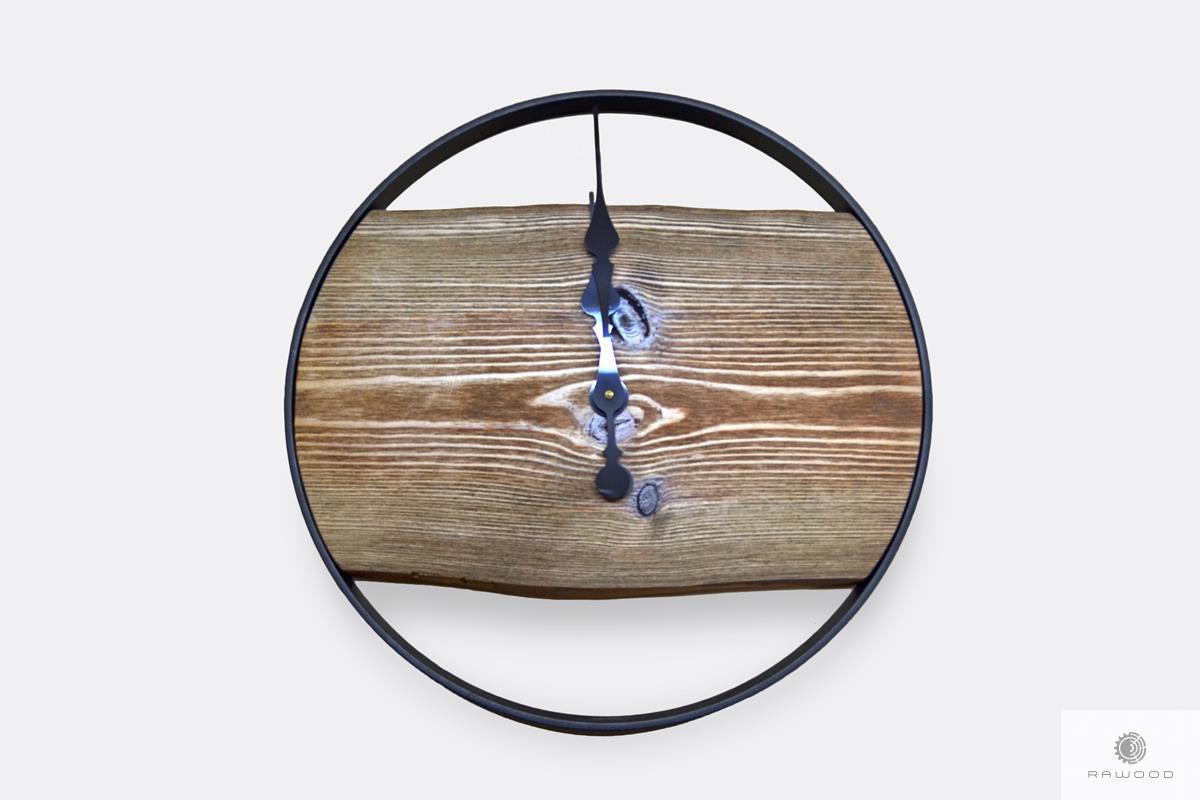 Zegar ścienny z drewna z czarną metalową obręczą do salonu